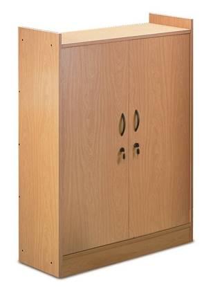 Armadio di classe in legno con n.2 ante con serratura e n.3 ripiani interni. Dim. cm. 100x45x150 h.