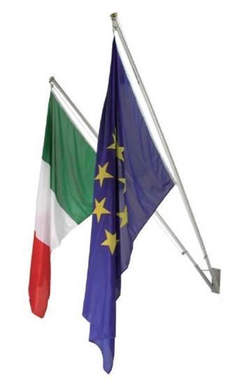 Kit da esterno composto da n.1 coppia Bandiere Italia-Europa cm. 100x150 in poliestere nautico, n.2 aste in alluminio e n.1 supporto a muro a 2 posti