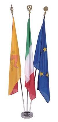 Kit per interno composto da n.3 Bandiere Italia-Europa-Comunale cm. 100x150 in poliestere nautico, n.3 aste cromata, n.1 base cromata a 3 posti, n.3 lance